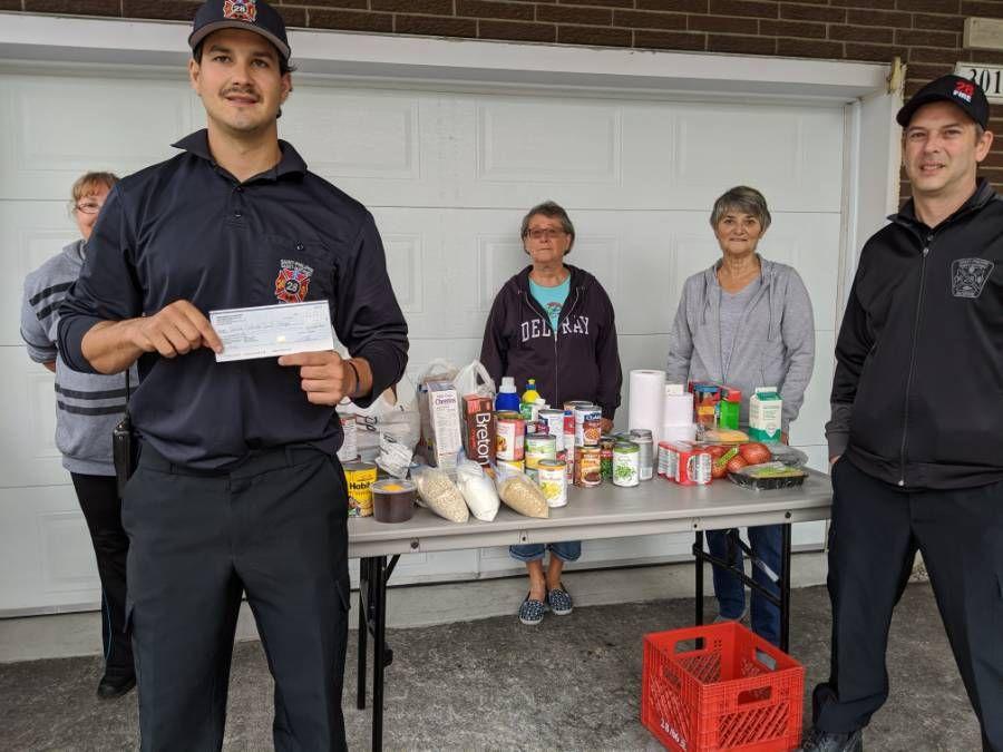 Les pompiers du Service de sécurité incendie remettent un don